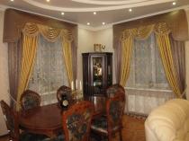 шторы с бандо в классическом стиле в коттедж