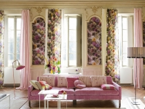 well_designed_living_room_with_floral_fabrics_on_the_wall_and_curtains
