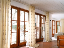 elegant-modern-living-room-curtains-design-beige-patterned-vertical-curtains-white-long