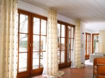 elegant-modern-living-room-curtains-design-beige-patterned-vertical-curtains-white-long