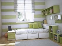 горизонтальные-светлые-полосы-делают-комнату-более-широкой
