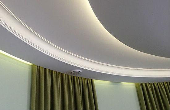 Интерьер с многоуровневыми натяжными потолками, на фото оригинальная идея