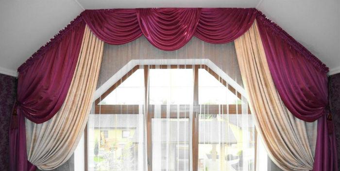 В маленьких помещениях карниз для скошенного окна рекомендуется закрепить под самым потолком, не по проему окна, а по контуру перекрытия, чтобы зрительно помещение казалось чуть выше и шире