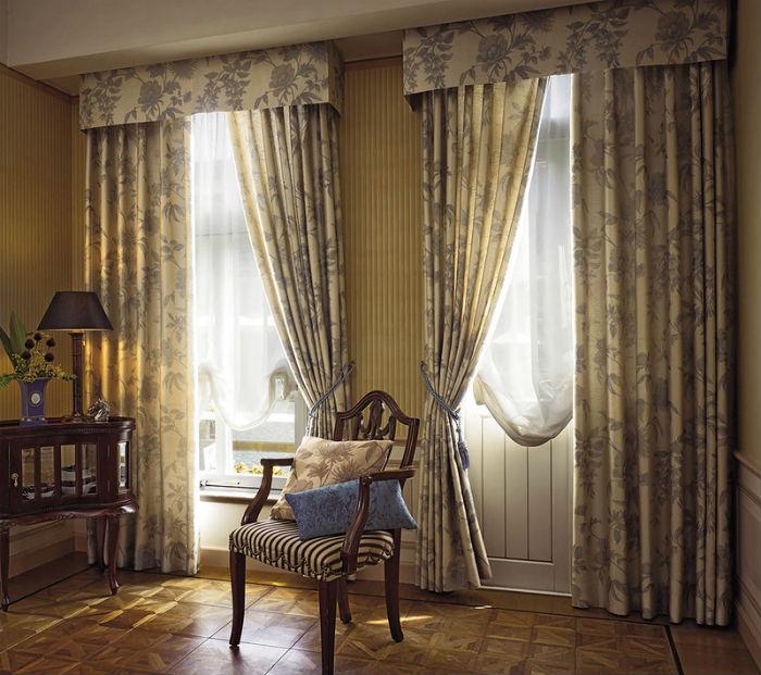 Если затрудняетесь с выбором, купите карниз под шторы с ламбрекеном, они «спрячут» направляющую