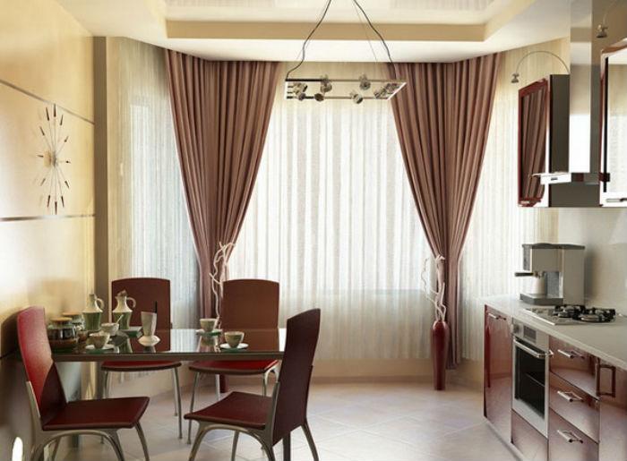 Если в кухне натяжной или навесной потолок, лучше сделать специальную техническую нишу и спрятать в нее карниз