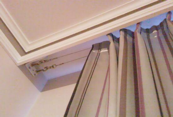 На фото хорошо видно, как можно скрыть стальные тросы за настенным карнизом