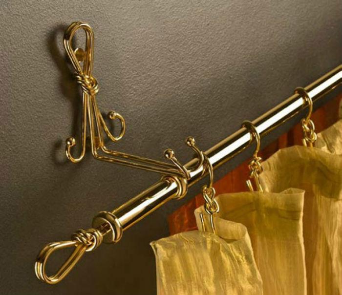 Карнизы для штор с металлическим блеском следует подбирать под остальные детали обстановки