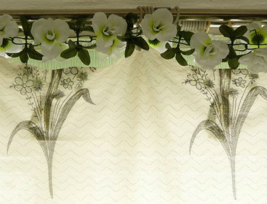 Очень часто карнизы декорируют с помощью цветочных композиций