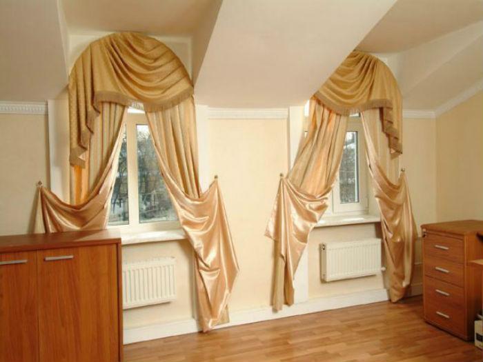 На фото оформление арочных, ассиметричных окон гнущимися карнизами для штор