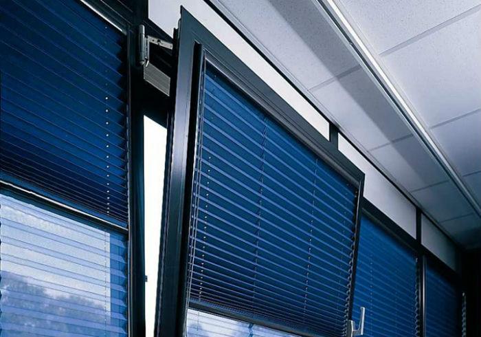 Фото плиссе с функцией день-ночь – прекрасный вариант для оформления окна в спальных комнатах