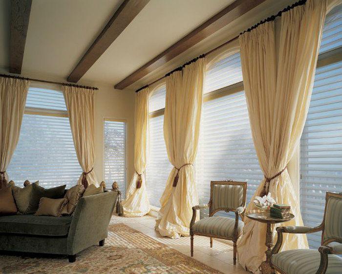 Перед тем как приступить к снятию жалюзи, освободите окна и снимите классические занавески, если они есть