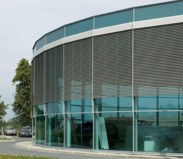 Защитные решетки монтируются не только на прямые окна и двери, но и на проемы и поверхности нестандартной архитектурной формы