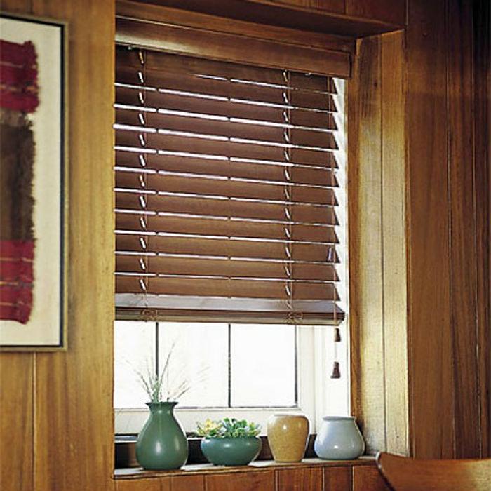 На фото горизонтальные жалюзи с широкой деревянной ламелью, такие изделия смотрятся массивно и основательно