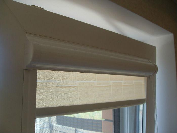 Для створок с откидным механизмом и мансардных наклонных окон следует выбирать миникассеты с направляющими по бокам, они удерживают полотно в одной плоскости с остеклением