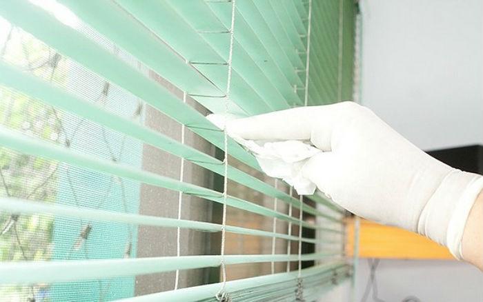 Работайте обязательно в перчатках, так вы обезопасите руки от порезов острыми гранями и кожу от разъедания химикатами