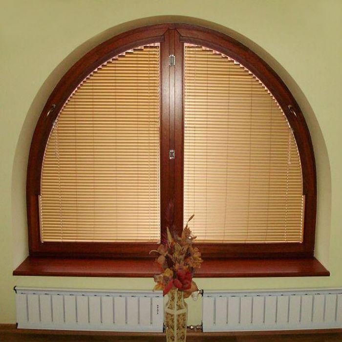 Фото пример, как оформить полукруглое окно