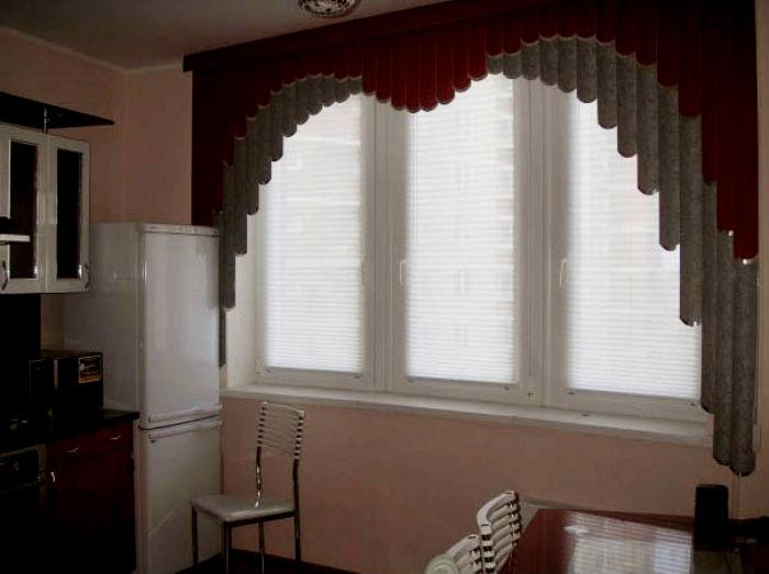 На фото комбинированное оформление проема, на одном окне можно смело сочетать сразу 2 вида жалюзи