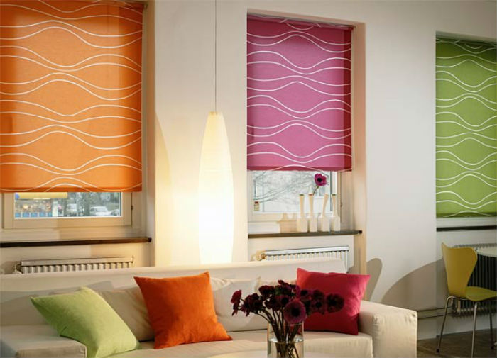 В одном помещении можно повесить жалюзи разных цветов, важно, чтобы они сочетались с текстилем либо обивкой мебели