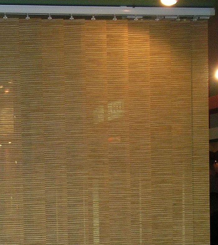 На фото перегородка, выполненная из бамбуковых вертикальных жалюзи, закрепленных на потолке