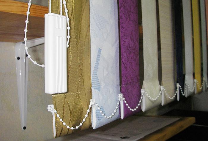 Если на жалюзи цветные ламели, то рекомендуется изучить состав ткани, если полоски линяют, то от машинной стирки следует отказаться, в любом случае лучше разложить полоски по цветам и стирать отдельно