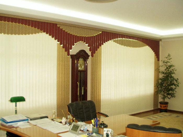 На фото мультифактурные вертикальные шторы, выдержанные в классическом стиле, этот вариант более практичен, чем традиционные тканевые занавески