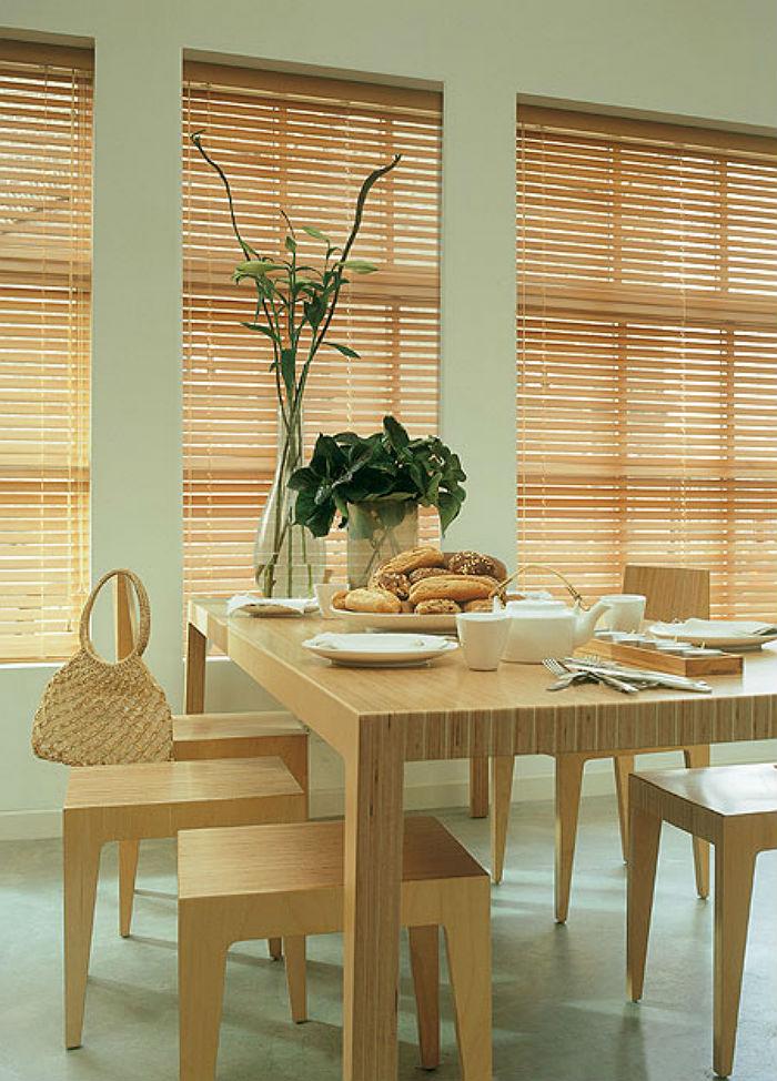 На фото хорошо видно, что ламели, ламинированные под текстуру дерева на первый взгляд невозможно отличить от настоящих деревянных