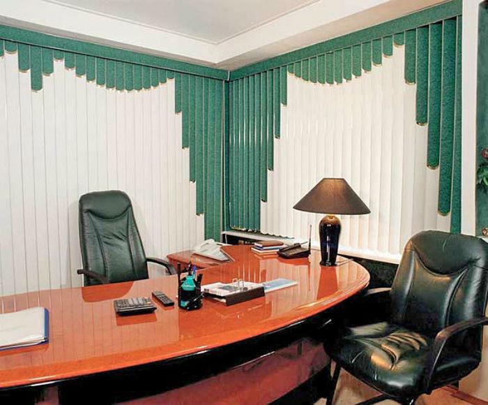 Фото рабочего кабинета в классическом стиле, хорошо вино, что современные жалюзи прекрасно вписались в интерьер