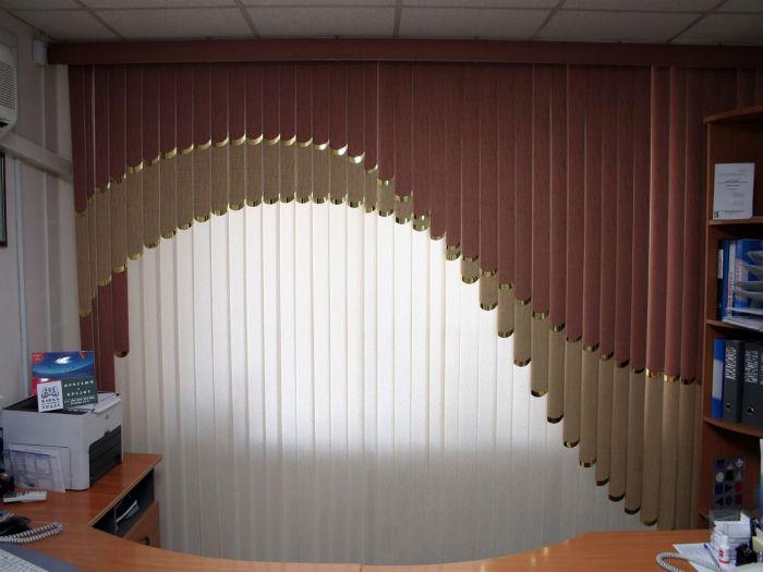 На фото мультифактурные жалюзи, они могут быть выполнены в современном дизайне или под классические фасоны занавесок