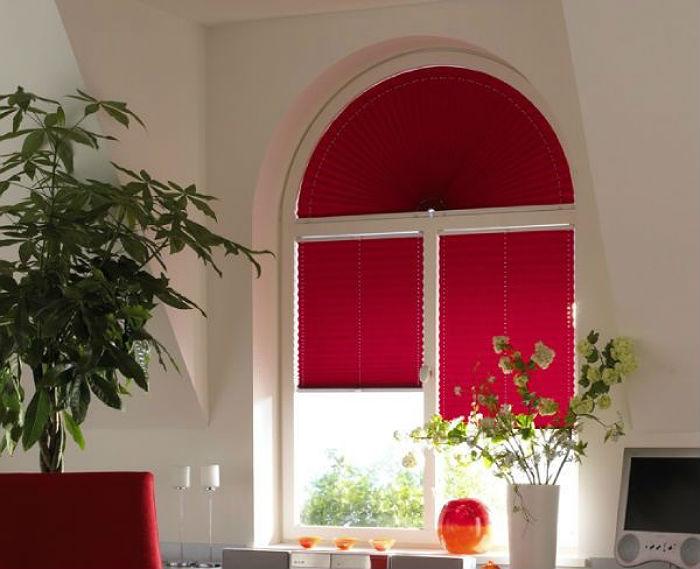 Жалюзи-плиссе недорогой, красивый и удобный вариант для декорации окон разной формы