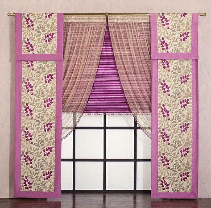 На одном окне можно сочетать сразу два вида жалюзи и комбинировать их с традиционными занавесками
