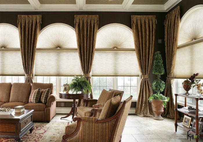 Не бойтесь сочетать на одном проеме традиционные текстильные шторы и жалюзи