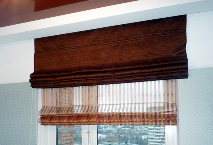 Компактные двойные римские шторы подходят для оформления окон на кухне и для минималистических интерьеров
