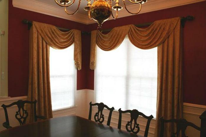 Угловые окна в небольших помещениях рекомендуется оформлять шторами лаконичного кроя