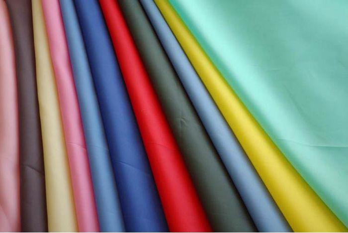 Цветовая палитра габардина огромна, от очень светлых до ярких насыщенных тонов