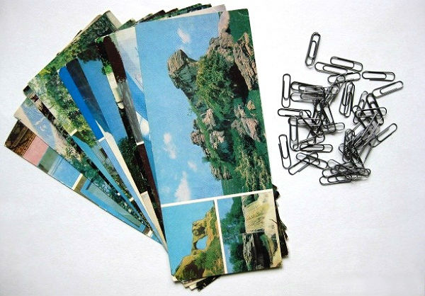Открытки можно заменить красочными плакатами, фантиками и просто красивой бумагой