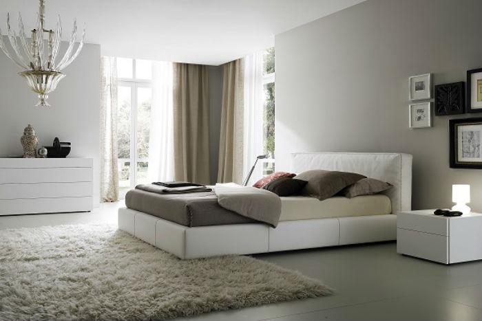 В минималистических интерьерах при оформлении окон следует сделать ставку не на сложность и помпезность фасона штор, а на красивую фактуру ткани