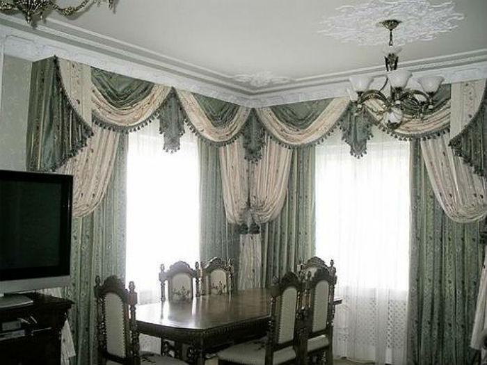 Классические многослойные шторы на угловых окнах смотрятся роскошно и элегантно, но уместны лишь в больших комнатах, например, в гостиной или спальне, на кухне лучше от такой идеи отказаться