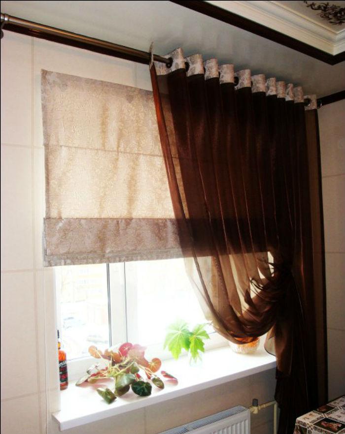 Красивая легкая занавеска с простой драпировкой, подхваченная на заколку или магнит, добавляет интерьеру уюта и элегантности