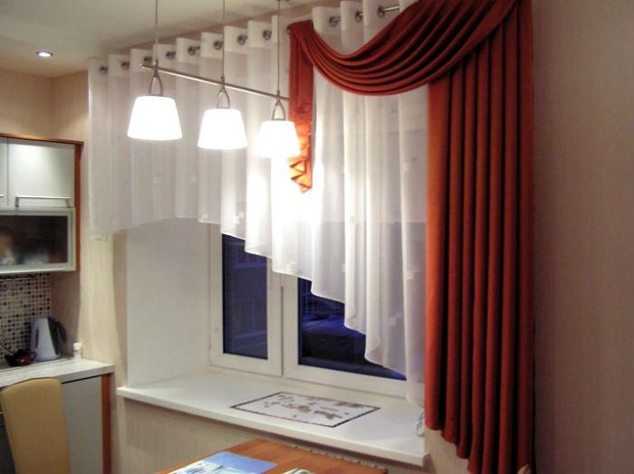 Короткие ассиметричные занавески очень практичны в маленьких помещениях
