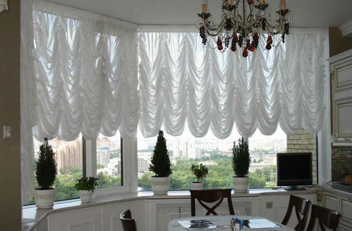 Французские шторы из легких тканей надежно защищают от света, благодаря плотности складок
