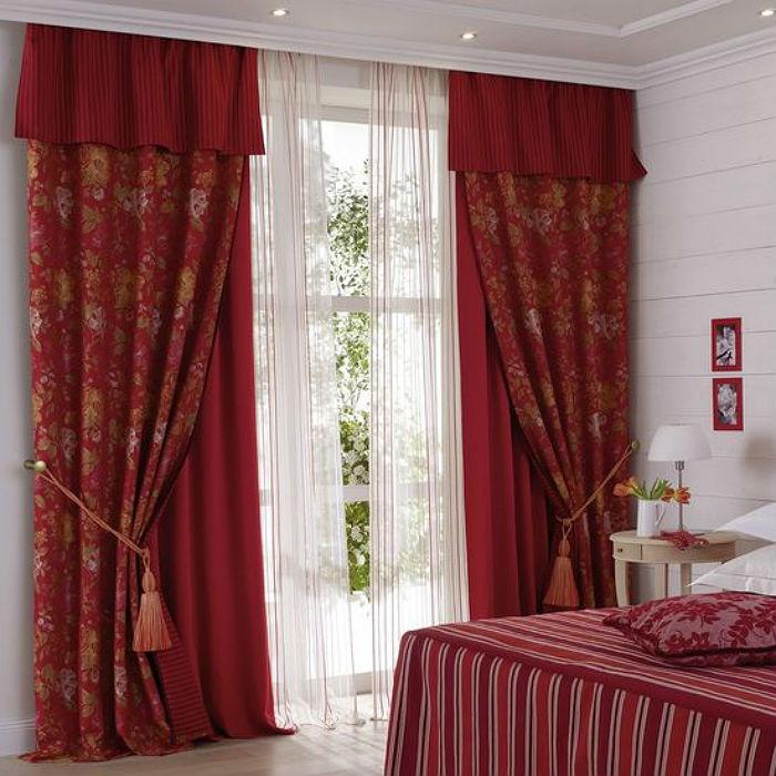 Сочетание разных фактур и контрастных цветов текстиля вносит динамику в интерьер, и помогает создать нужную атмосферу