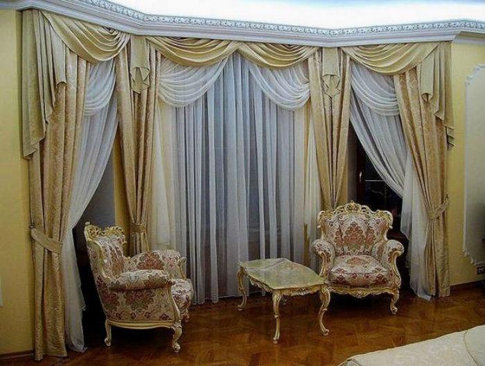 Красивое оформление гостиной угловыми шторами, подобный дизайн актуален для всех классических, а также для романтического стиля и модерна