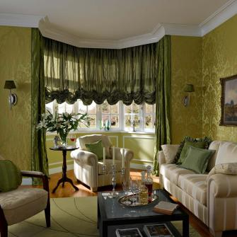 Лучше всего австрийские шторы смотрятся в гостиной