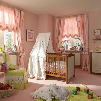 С помощью австрийских штор можно оформить спальню девочки как комнату принцессы