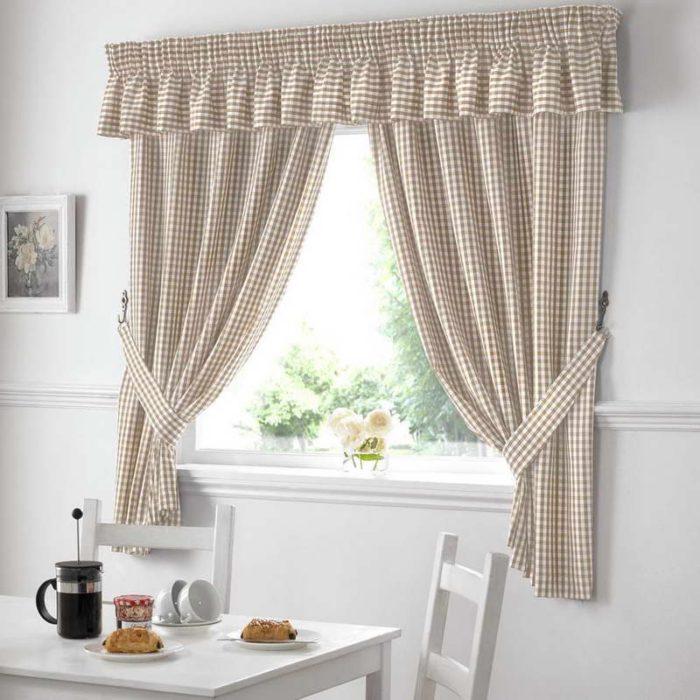 Для кухни лучше использоавть короткие шторы