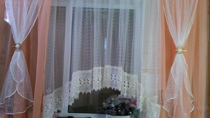 Вашу кухню идеально подчеркнут шторы нежно персикового, бирюзового цвета, возможно с ламбрекенами