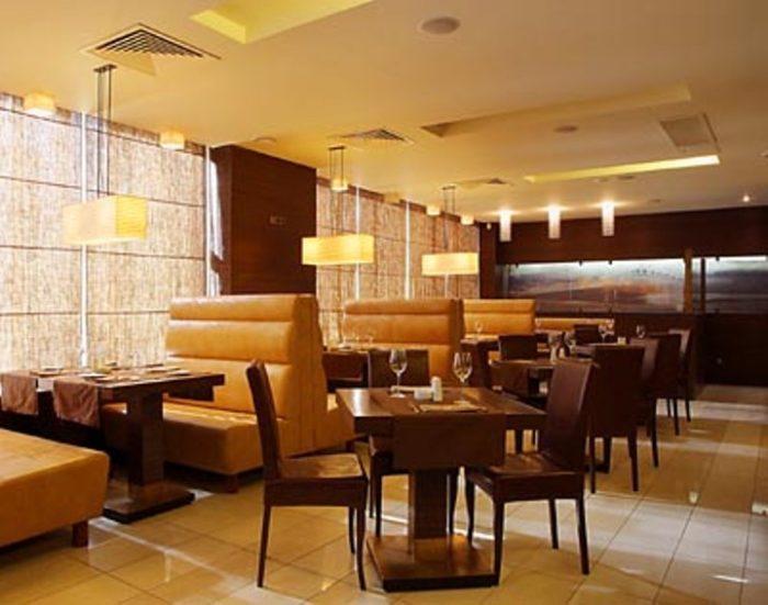 Новинка, которая приобрела широкую популярность - римские шторы, создающие камерную атмосферу в кафе