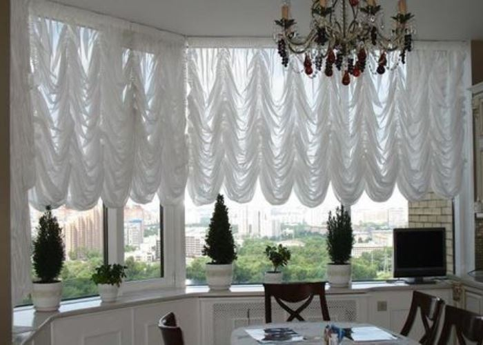 Французские шторы лучше вешать в просторных помещениях