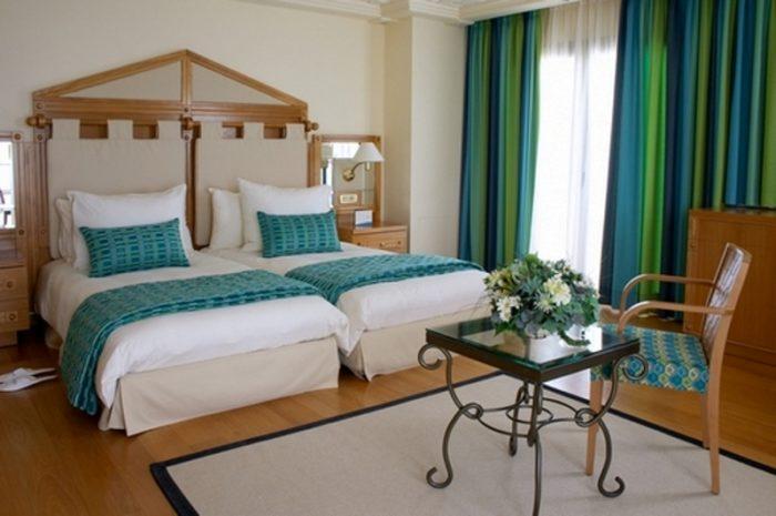 Красочные шторы в просторной светлой спальне