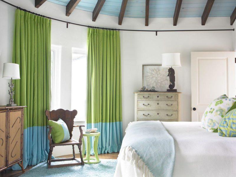Фото оригинальной шторной композиции, перекликающейся с текстильными элементами спальни.